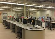 Laboratório de informática de escola pública (a noite são oferecidos cursos para jovens e adultos).