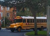 Ônibus escolar pega as crianças dentro do condomínio.