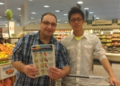 Kazuki aprendendo a identificar produtos na lista de compras no supermercado.